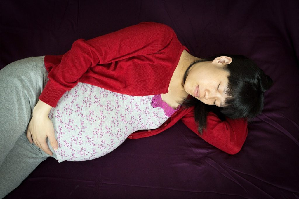 Проблемы со сном во время беременности повышают риск ожирения ребенка